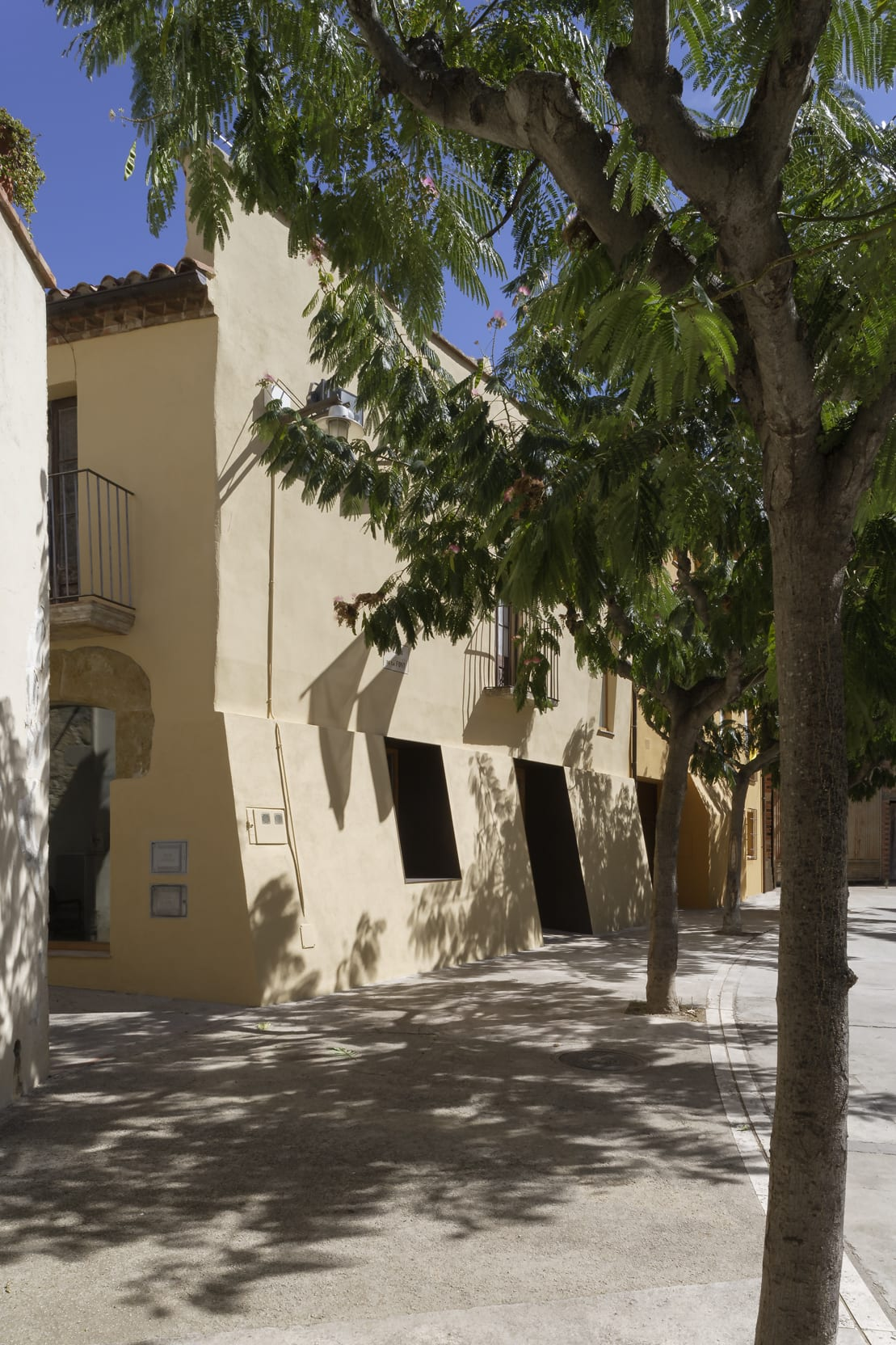 S A N T I V I L A A R Q U I T E C T E Lourdes Jansana Reform Of The Old House Of Schoolmarm For Doctor Surgery In Sant Sadurní De L Heura Girona Divisare